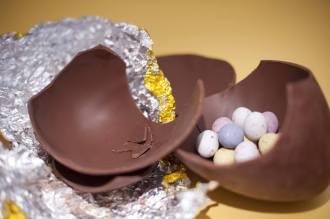歐美超市販售的巧克力彩蛋,內餡會有一顆顆小小的巧克力球