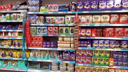 在復活節期間,英國超市會有一區堆滿了各式各樣的復活節系列巧克力
